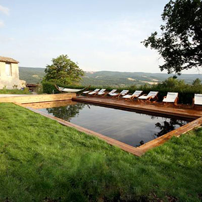 grande piscine rectangle en bois en pleine campagne